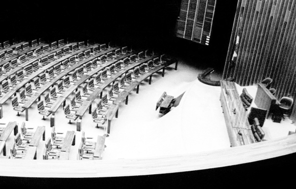 Brasília 30/04/1977. Legislativo Federal - Brasil. Congresso O Congresso vazio (Foto: Orlando Brito)Nacional. Recesso. Recesso do Congresso brasileiro decretado pelo Ato Complementar 102. Congreso vazio. Foto Orlando Brito / Agência O Globo. Neg: 77-4219