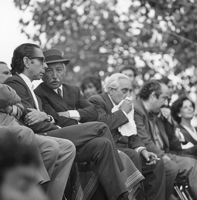 """Carlos Altamirano (de óculos), secretário-geral do Partido Socialista, e seu colega Luis Corvalán (de chapéu), do Partido Comunista, os dois partidos-chave da aliança pró-Allende: os comunistas censuram o """"radicalismo"""" de Altamirano (Foto: Ricardo Setti)"""