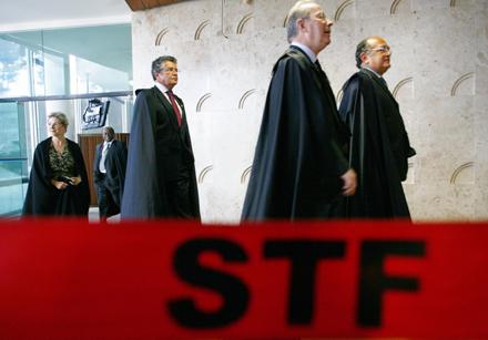 Ministros do Supremo se encaminham para mais uma sessão: pela ordem Gilmar Mendes, Celso de Mello, Marco Aurélio e Elen Gracie