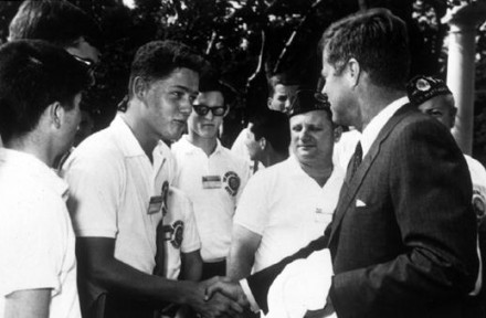O jovem Bill Clinton cumprimentando John F. Kennedy na Casa Branca, em 1963