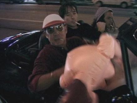 Hunter S. Thompson, John Cusack e Johnny Depp dirigindo com uma boneca inflável