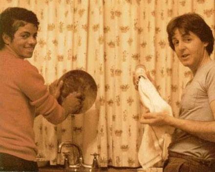 Micheal Jackson e Paul McCartney lavando a louça