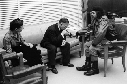 Simone de Beauvoir, Jean Paul Sartre e Ernesto 'Che' Guevara, em 1960, em Cuba