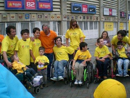 Cruyff-com-crianças-da-Fundação-em-frente-ao-Camp-Nou-Foto-Play-&-Train