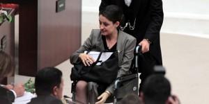 A deputada Safak Pavey agora poderá esconder a prótese de sua perna (Foto: Hurriyetdailynews.com)