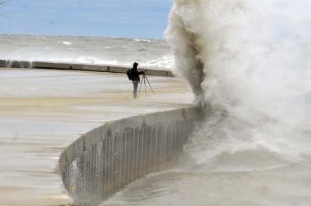 Uma onda gigante junto à beira do lago de Chicago ameaça engolir um fotógrafo (Foto: Brian Jackson / Chicago Sun-Times )