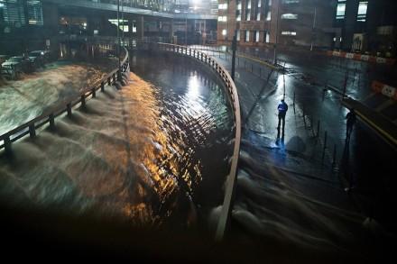 Água corre para o túnel Carey (antigo túnel Brooklyn Battery), no distrito financeiro de Nova York, em 29 de outubro (Foto: Andrew Burton / Getty Images)