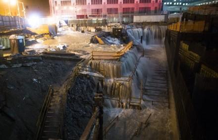 A água do mar derruba o canteiro de obras do Marco Zero, em Nova York, em 29 de outubro (Foto: John Minchillo / AP)