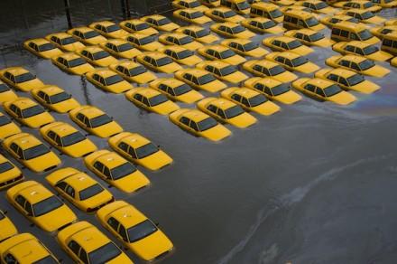 Um estacionamento de táxis amarelos é inundada como resultado de supertempestade Sandy na terça-feira, outubro 30, em Hoboken, Nova Jersey (Foto: Charles Sykes / AP)