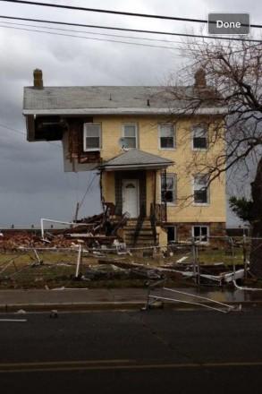 Casa parcialmente em pé, destruída pelo furação em sua passagem por Nova Jersey