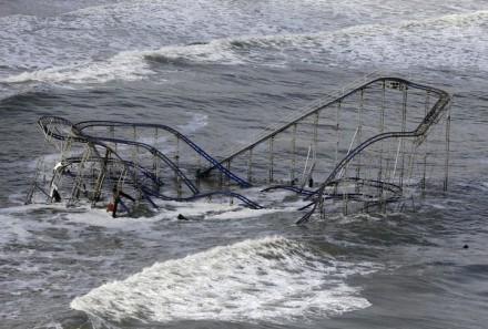 Ondas varrem uma montanha-russa de um parque de diversões localizado na costa do Oceano Atlântico, em Nova Jersey, na quarta-feira 31 de outubro (Foto: Mike Groll / AP)