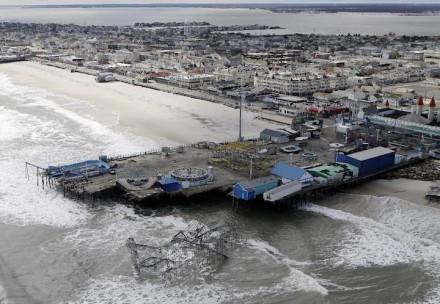 Esta foto aérea mostra os danos em um parque de diversões, causados pela passagem da supertempestade Sandy na quarta-feira, outubro 31, em Seaside Heights, Nova Jersey (Foto: Mike Groll / AP)