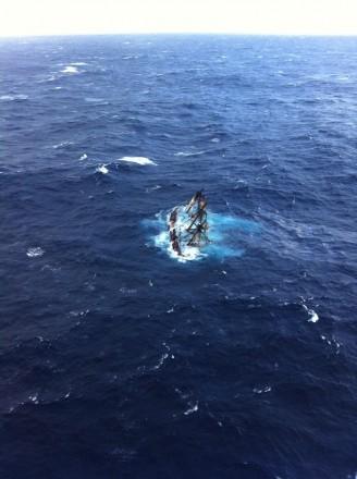 Nesta foto fornecida pela Guarda Costeira dos EUA mostra o HMS Bounty, um veleiro de 180 pés, submerso no Oceano Atlântico durante o furacão Sandy, a cerca de 90 km ao sudeste de Cape Hatteras, Carolina do Norte, segunda - feira 29 de outubro. A Guarda Costeira resgatou 14 dos 16 membros da tripulação com a ajuda de helicóptero. Horas depois, equipes de resgate encontraram um dos membros da tripulação desaparecidos, mas ele não respondeu. Eles ainda estão procurando o capitão. (Foto: Guarda Costeira dos EUA, suboficial 2 ª Classe Tim Kuklewski / AP Photo)