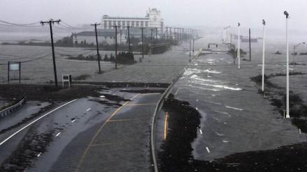 A estrada Route 30, uma das três principais vias para Atlantic City, New Jersey, é coberta com água da baía Absecon durante a aproximação do furacão Sandy, em 29 de outubro  (Foto: Tom Mihalek / Reuters)