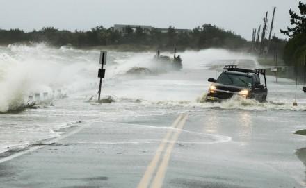 Um caminhão sendo levado pela força da água em uma estrada em Southampton, Nova York, em 29 de outubro (Foto: Lucas Jackson / Reuters)