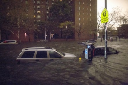 Veículos submersos na Rua 14, perto da usina de energia Consolidated Edison, segunda-feira, outubro 29, em Nova York. (Foto: John Minchillo / AP Photo)