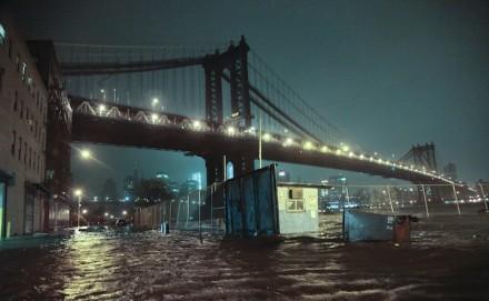 Ruas inundadas sob a ponte de Manhattan na seção Dumbo de Brooklyn, NY, segunda - feira, 29 outubro (Foto: Bebeto Matthews / AP)