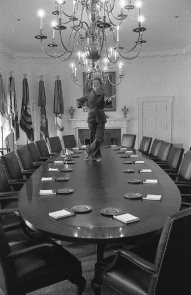 O fotógrafo David Hume Kennerly fez esta foto um dia antes da família Carter se mudou para a Casa Branca. Na última passada pela casa que deixaria no dia seguinte, Betty Ford, que disse que sempre quis dançar em cima da mesa da sala do gabinete, não teve dúvidas: tirou os sapatos, pulou em cima da mesa, e fez uma pose.