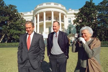 """O fotógrafo-chefe de George W. Bush, Eric Draper, flagrou Barbara Bush fotografando pai e filho (ambos ex-presidentes), em 28 de janeiro de 2001. """"Uma coisa que eu aprendi de imediato,"""" diz Draper, """"é que quando você diz, 'Sr. presidente,' ambos olham."""""""