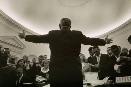 O fotógrafo Yoichi Okamoto desapareceu atrás do presidente Lyndon B. Johnson para fazer esta imagem e, para tal, ficou abaixo da linha dos olhos de todos os outros repórteres presentes.