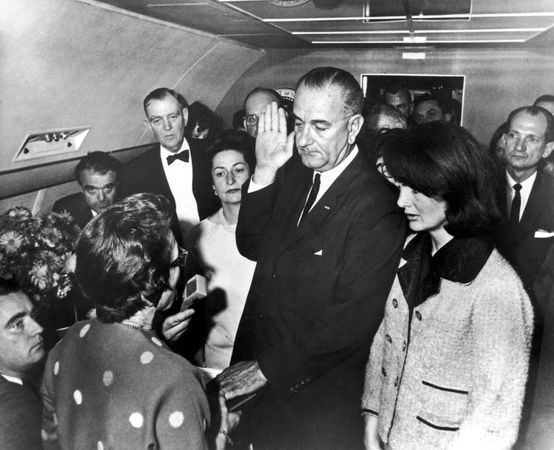 As imagens do fotógrafo Cecil Stoughton, da viagem para o Texas por John F. Kennedy, entraram para a história por ser parte do fatídico dia do assassinato.  Essa possivelmente é a mais famosa e importante imagem feita por um fotógrafo presidencial: Lyndon B. Johnson empossado em pleno ar, a bordo do Air Force One.