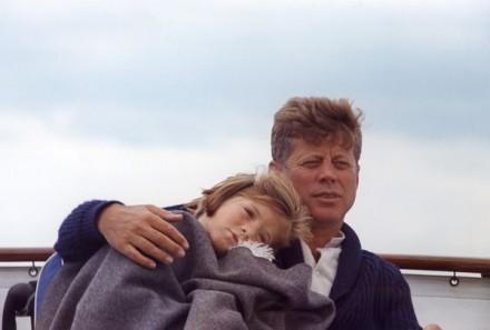 Cecil Stoughton evoluiu sua cobertura fotográfica com imagens típicas de cerimoniais, para fotos estilosas como essa, de John F. Kennedy e sua filha Caroline, à bordo de um iate em Hyannis Port, Massachusetts, em agosto de 1963.