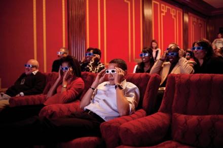 Semanas após a inauguração, o presidente Obama, a primeira-dama, amigos e membros do Congresso usam óculos 3D para assistir aos comerciais do Super Bowl XLIII, no cinema privativo da Casa Branca. (Foto: Pete Souza)