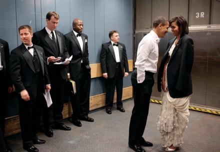 O presidente Obama e a primeira-dama em um momento privado no elevador do Washington convention center, na sua inauguração, em 2009. O fotógrafo, Pete Souza, é conhecido por suas imagens icônicas