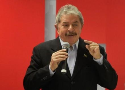 Lula, em discurso durante cerimônia em comemoração aos 30 anos da CUT -- cara de pau ao dizer que não acompanha a política (Foto: Fernando Donasci / UOL)