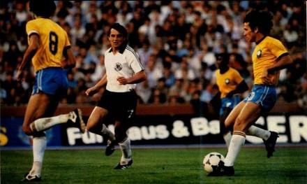 Com Sócrates, na vitória contra a Alemanha por 2 a 1, em maio de 1981: o grande clássico do futebol mundial (Foto: J.B. Scalco)