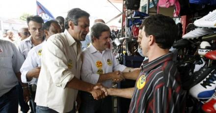 O candidato do PSDB ao governo de Minas Gerais, Antonio Anastasia, faz campanha em Januária, no norte de Minas, ao lado de Aécio Neves, candidato do partido ao Senado (Foto: Rodrigo Lima / Nitro)