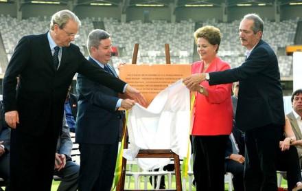 Dilma, com o ministro do Esporte, Aldo Rebelo (esq.) e o governador Anastasia (esq.) descerra a placa de inauguração do novo Mineirão -- obra feita por governos tucanos (Foto: Omar Freira / Imprensa MG)
