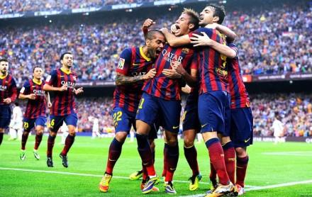 Neymar vibra com o primeiro gol que marcou e que abriu a contagem contra o Real -- e é festejado por