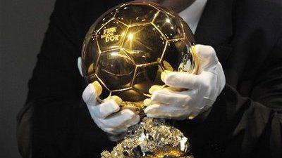 Funcionário da FIFA, com luvas brancas, carrega a Bola de Ouro como se fosse um tesouro -- o que é, para quem ganha (Foto: FIFA)