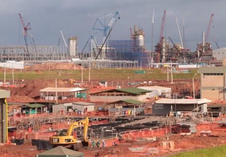 Quando é que termina a construção da refinaria Abreu Lima, em Pernambuco? (Foto: Hélia Scheppa / JC Imagem)