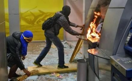 """Ação de black blocs em """"manifestações"""" (Foto: Cristophe Simon / AFP)"""