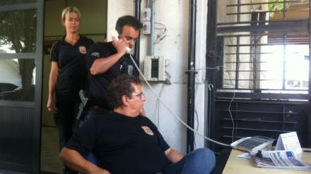 O delegado Marcelo Nogueira, da Polícia Federal, observado por colegas, recebe telefonema do advogado Marthius Lobato sobre a fuga de Henrique Pizzolato (Foto: Cecília Ritto)