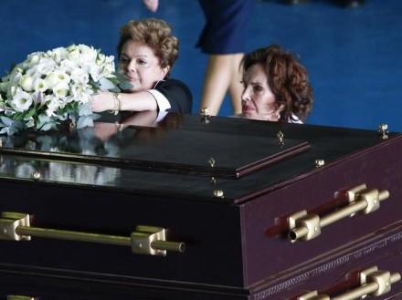 Presidente Dilma e a viúva, Maria Teresa Goulart, depositam flores sobre o caixão recém-exumado do ex-presidente João Goulart (Foto: Beto Nociti / Futura Press)