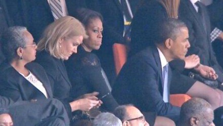 Obama troca de lugar com a mulher, Michelle, que acaba ao lado da primeira-ministra dinamarquesa (Foto: AP)