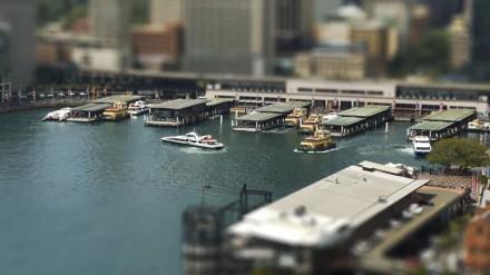 """Trecho de """"Toy Boats"""": a linda Sydney em versão brinquedo (Imagem: reprodução)"""