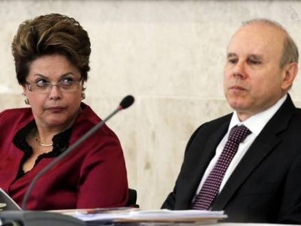 """Dilma com Mantega: não é nenhuma """"guerra psicológica"""" que afasta investimentos no Brasil -- é a ação do próprio governo Dilma, com o ministro Guido Mantega à frente do Miistério da Fazenda (Foto: Agência Brasil)"""
