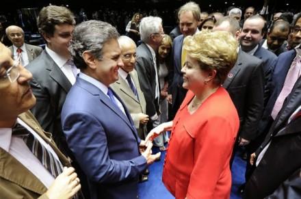 """Aécio com Dilma durante encontro no Congresso, no final do ano passado: para Maia, é mais provável um 2º turno entre os dois, e ele vê chance """"enorme"""" de Dilma ser derrotada (Foto: Folhapress)"""
