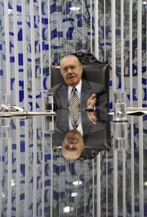 REFLETINDO -- Desde 1991 no Senado, em três mandatos consecutivos, o ex-presidente José Sarney ainda não revelou nem a seu entorno se será ou não candidato de novo (Foto: Agência Senado)