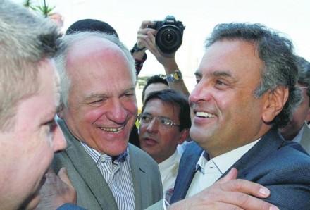 Pimenta da Veiga e Aécio se abraçam, observados pelo ex-governador e provável candidato tucano ao Senado, Antônio Anastasia (esq.) (Foto: otempo.com.br)