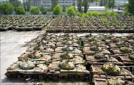 Tanques russos obsoletos aguardam modernização enferrujando em pátio: Forças Armadas ainda respeitáveis, mas com sérias deficiências (Foto: AP)