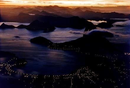 """""""O lindo Rio repousa em sua grande baía. Seus montes são famosos – o Pão de Açúcar aparece no centro – e dramáticos. Mas também são problemáticos. Para desespero dos residentes, eles praticamente estrangulam o tráfego. Ainda assim, compõem uma adorável vista no crepúsculo."""""""