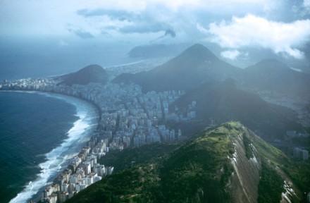 """O Rio de Janeiro há 57 anos, com parte de seus morros ainda totalmente desocupada: """"grandes riquezas, ótimas perspectivas – e grandes problemas"""" (Fotos: Dimitri Kessel -  The LIFE Picture Collection/Getty Images)"""