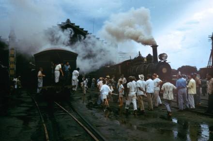 """""""Máquinas decrépitas, como esta queimadora de madeira de 1904 na estrada de ferro Belém-Bragança [no estado do Pará], prejudicam os trilhos. """""""