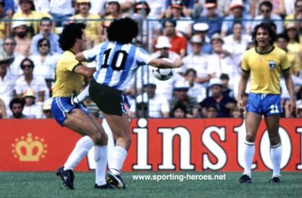 Observado por Éder, Maradona aplica voadora em Batista, durante a inesquecível vitória do Brasil sobre a Argentina em 1982: 3 a 1 (Foto: George Herringshaw - Sporting-heroes.net)