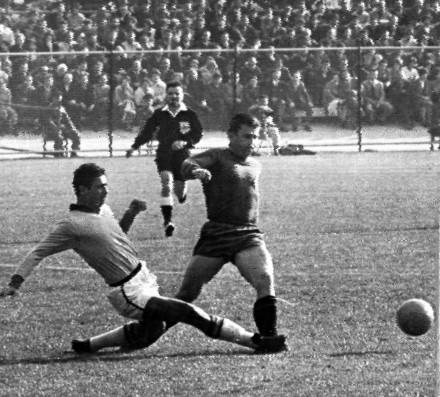 Nilton Santos dá um carrinho para tirar a bola de Puskas: o grande lateral, nesta partida da Copa de 1962, cometeria um pênalti clamoroso que o juiz marcou como falta fora da área (Foto: AP)
